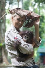 Indonesia | 2017 | Jejak Pulang, Borneo, Here: ape Gonda with Signe Preuschoft under a big leaf