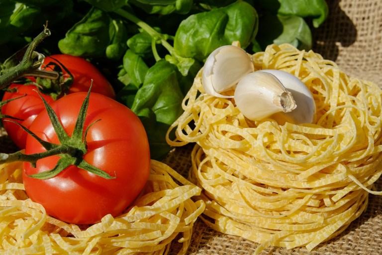 Gedünstete Tomaten und Bandnudeln