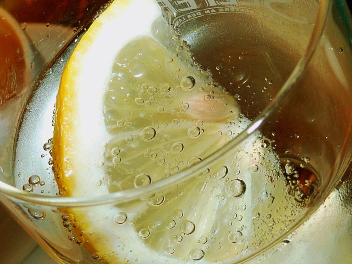 Zitronen- oder Limonentrank