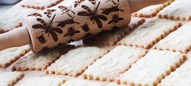 Plätzen: Teigrolle mit Insektenmuster von Pastry Made