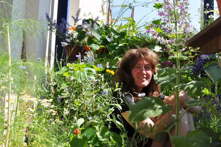 Stefanie auf ihrem Wildbienenbalkon