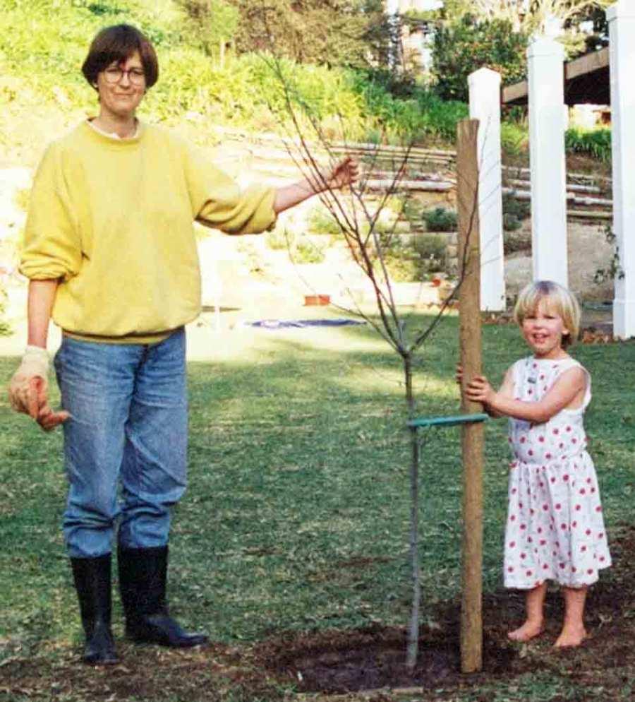 Daniela und ihre Mutter pflanzen zusammen einen Baum. Foto: 1991