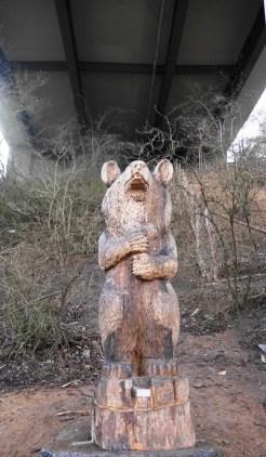 Totem-Bär unter der Autobahnbrücke