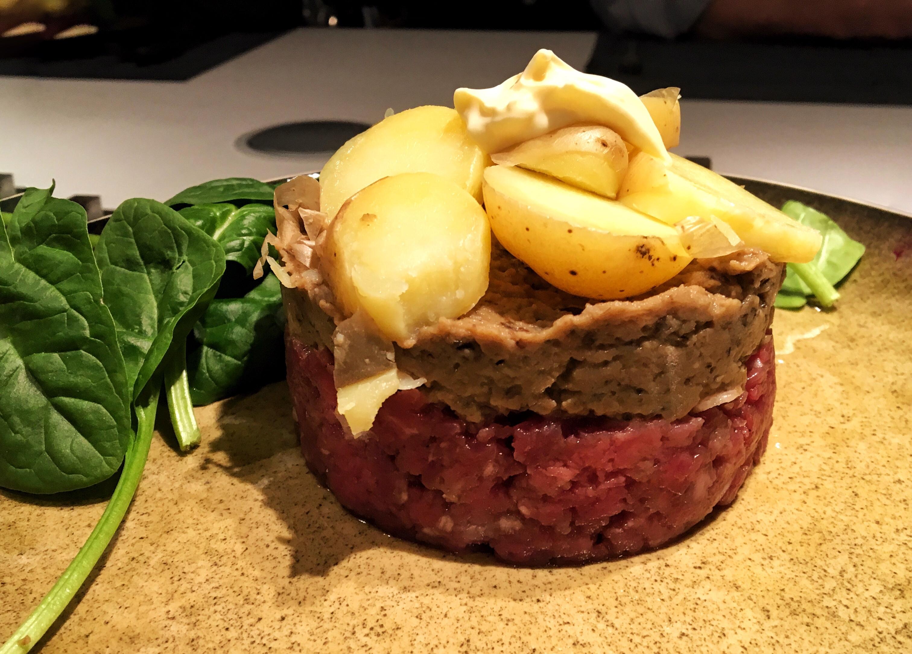 Steak tartare met auberginepuree en gestoomde aardappelen