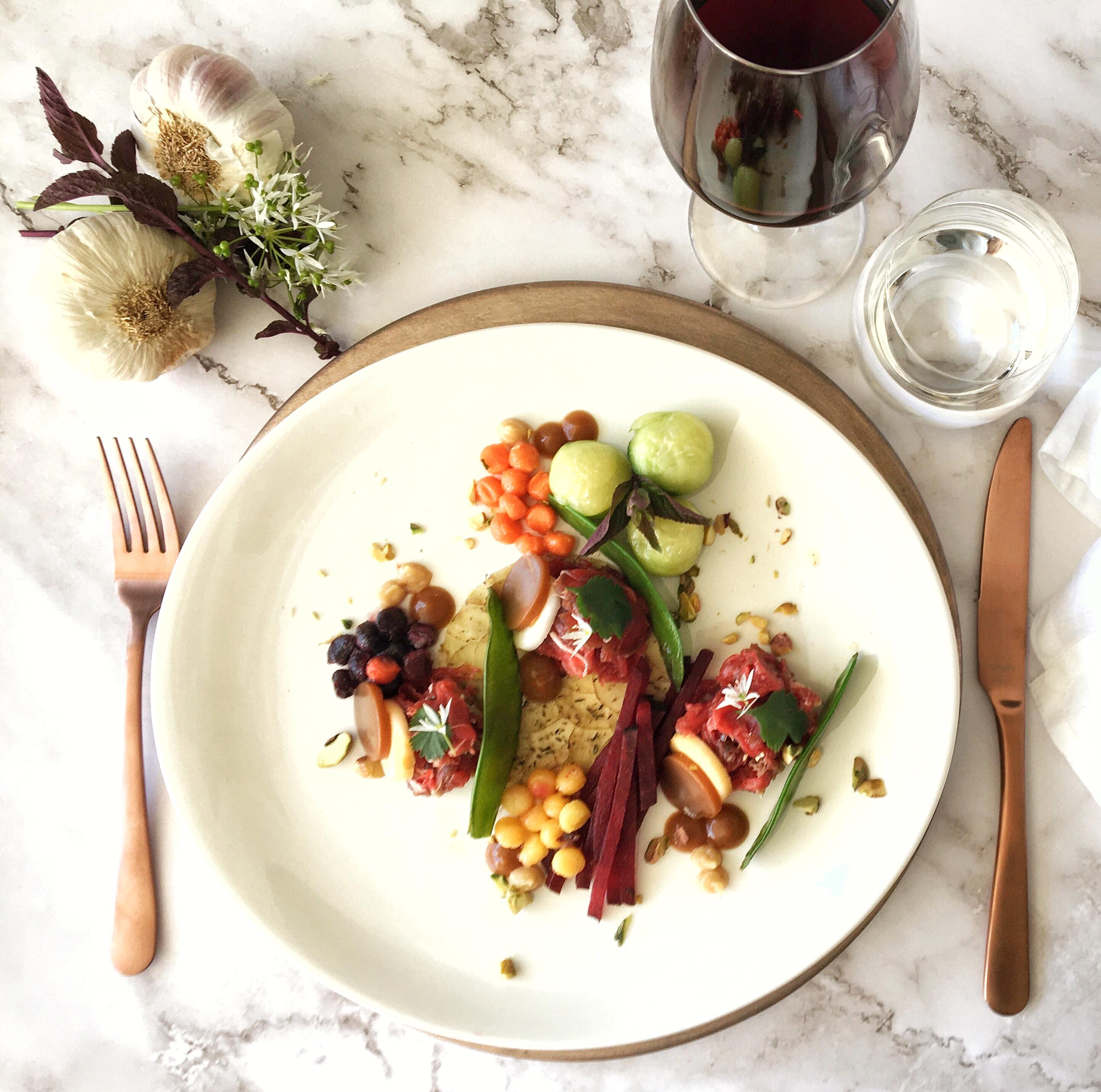 Gerookte lamscarpaccio met Oosterse groenten op een matje van krieltjes