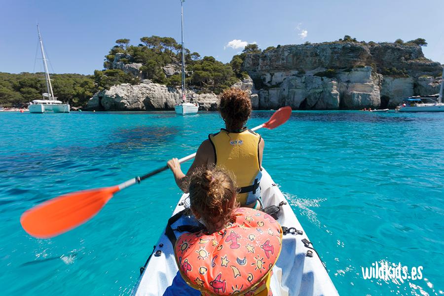 Kayak en familia en la Cala Macarella de Menorca