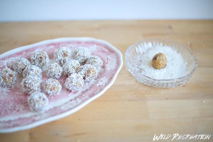 Anschließend Bällchen formen und in Kokosflocken wälzen.