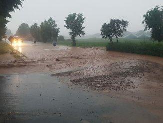 Wasser strömt auf die Straße