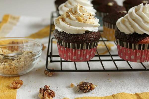 Banana split cupcakes on wildwildwhisk.com