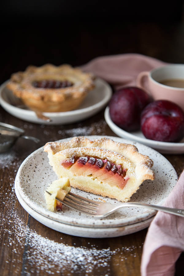 Mini Almond Pluot Pie | wildwildwhisk.com