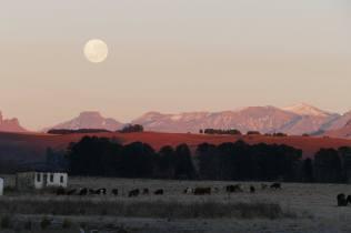 Full moon over Ngunis