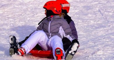 Zwei Kinder rodeln im Schnee