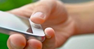 weißes Smartphone in rechter Hand