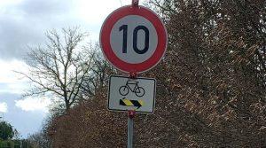 Tempo 10-Beschränkung mit Zusatzschild Fahrrad