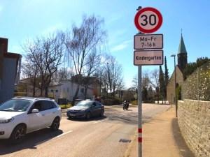 Geschwindigkeitsbegenzung 30 km/h gegenüber ev. Kindergarten Riedenberg