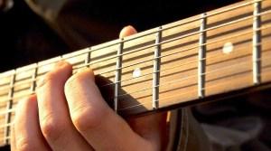 Hand an Gitarrensaiten