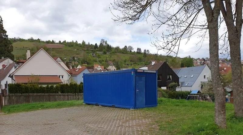 blauer Bürocontainer am Parkplatz des Tennisheims im Bußbachtal