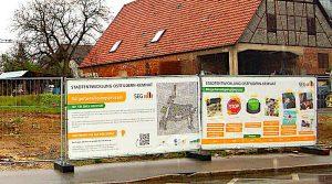 Bauzaun mit Informationstafeln an der Heumadener Straße in Kemnat