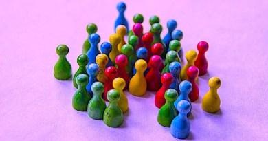zahlreiche farbige Spielfiguren ungeordnet