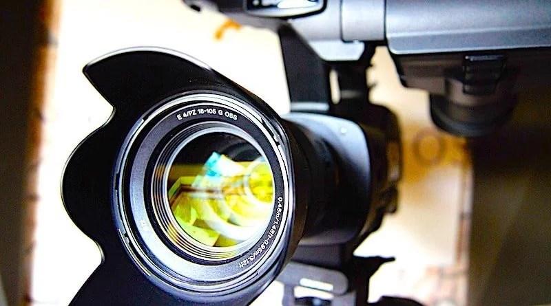 Blick ins Objektiv einer Vodeokamera