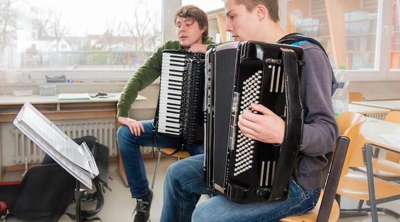 Zwei Jungen beim Akkordeonunterricht