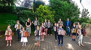 Kindergruppe mit Handharmonika