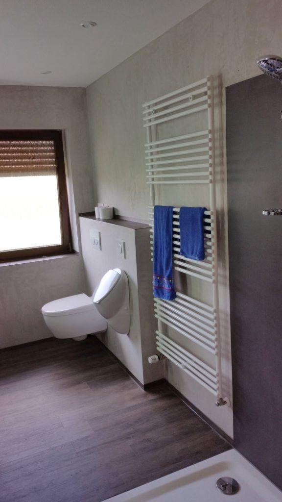 Imponierendes Bad mit bodengleicher Dusche, Antikputz