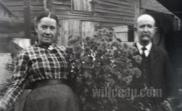 blurry-couple-in-garden-det