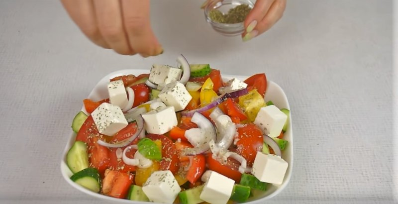 Orego öntsük salátába