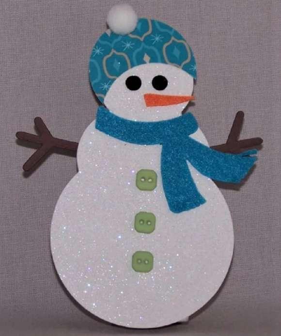 Khăn quàng cổ màu xanh trên người tuyết