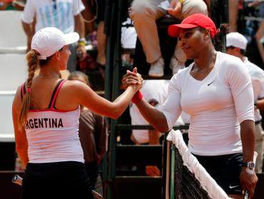 Serena Williams (R) of the U.S. greets Maria Irigoyen of Argentina after their Fed Cup World Group II first round tennis match in Buenos Aires February 7, 2015. REUTERS/Enrique Marcarian (ARGENTINA - Tags: SPORT TENNIS)