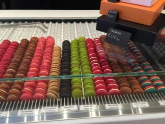 Macaroons in allen Farben und Geschmacksrichtungen - gleich neben unserem Hotel