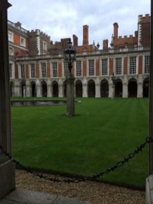 Der Innenhof erinnert deutlich an Holyrood Palace