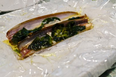 Disfrutar - Razor clams with seaweed in salt