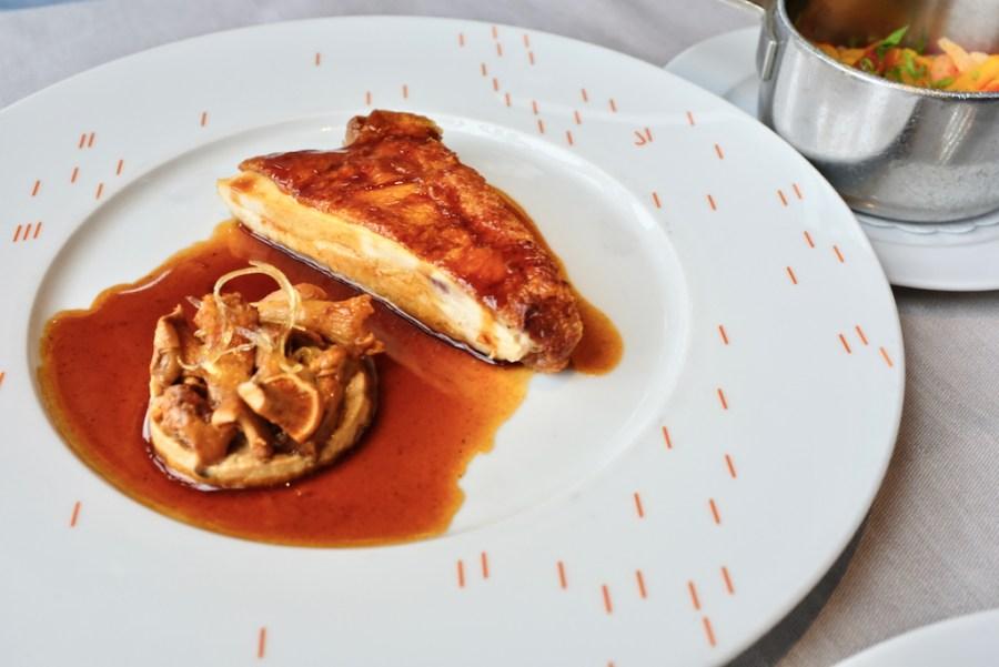 Le Jules Verne - Volaille jaune aux girolles, sauce au vin d'Arbois (Corn-fed chicken with chanterelles, Arbois wine sauce)