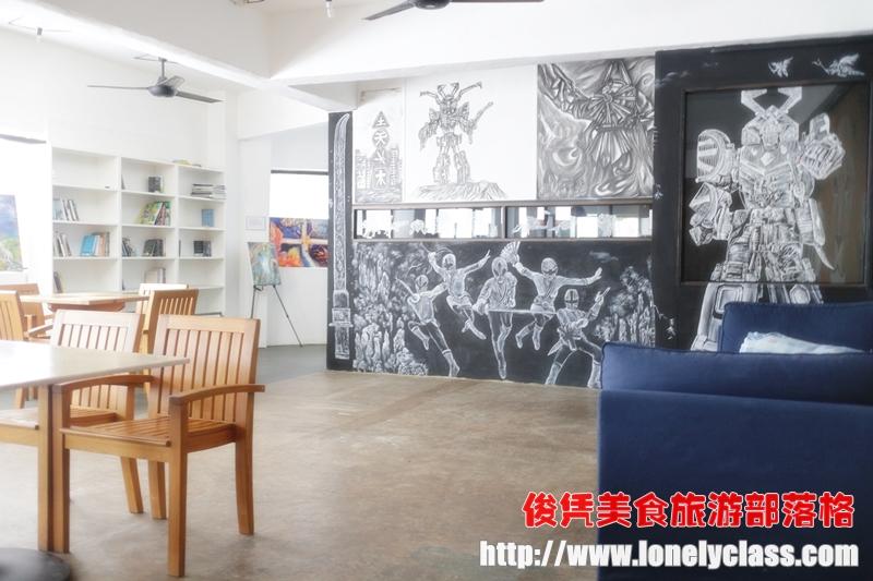 餐厅楼上有许多画作,感觉好像画家的工作室。