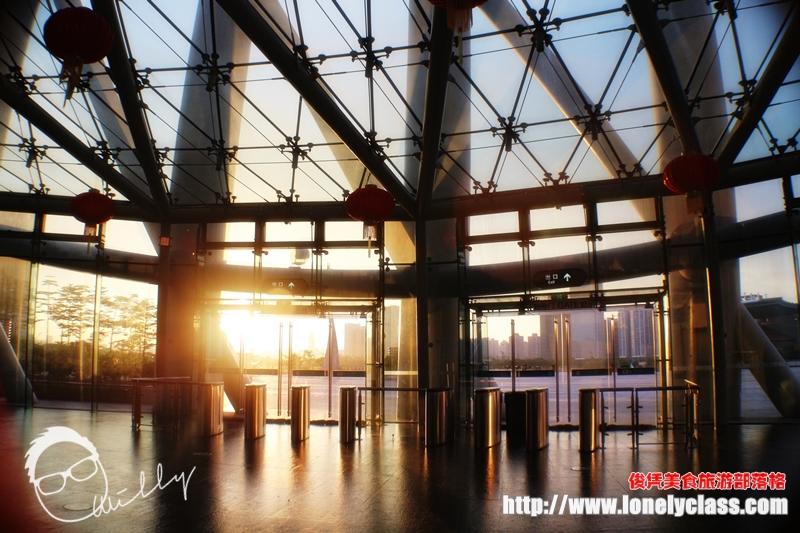 夕阳透过层层透明玻璃照射进来大厅,感觉美妙。