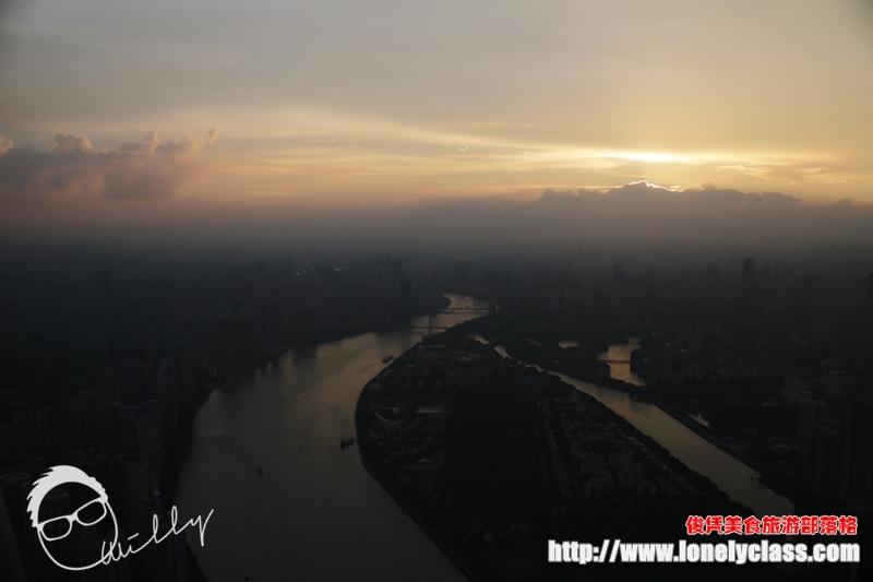 夕阳终于下山了,由美丽的晚霞接棒,继续给黄昏景色精彩的演出。