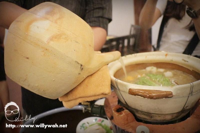 汤头装入药材煲里保温,同时也飘散着怀旧的气息
