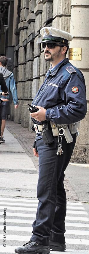 politieagent met zonnebril, Bergamo