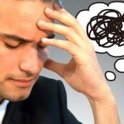 男性が頭を悩ませているイメージ