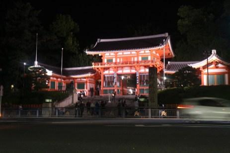 Kuil yang terletak di perempatan yang kanan-kirinya terletak pertokoan modern.