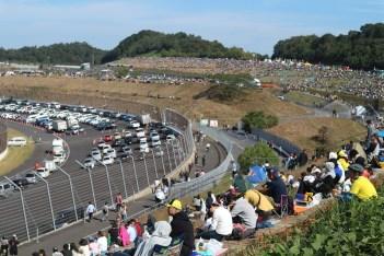 GT track yang dijadikan parkir. Dari kejauhan terlihat tribun penonton Z dan tingkungan 10