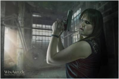 Eine junge Frau mit Pistole - winart.de