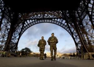 Soldados franceses patrullan las calles de París en la estela de los ataques ISIS.  (AP / Peter Dejong, archivo)
