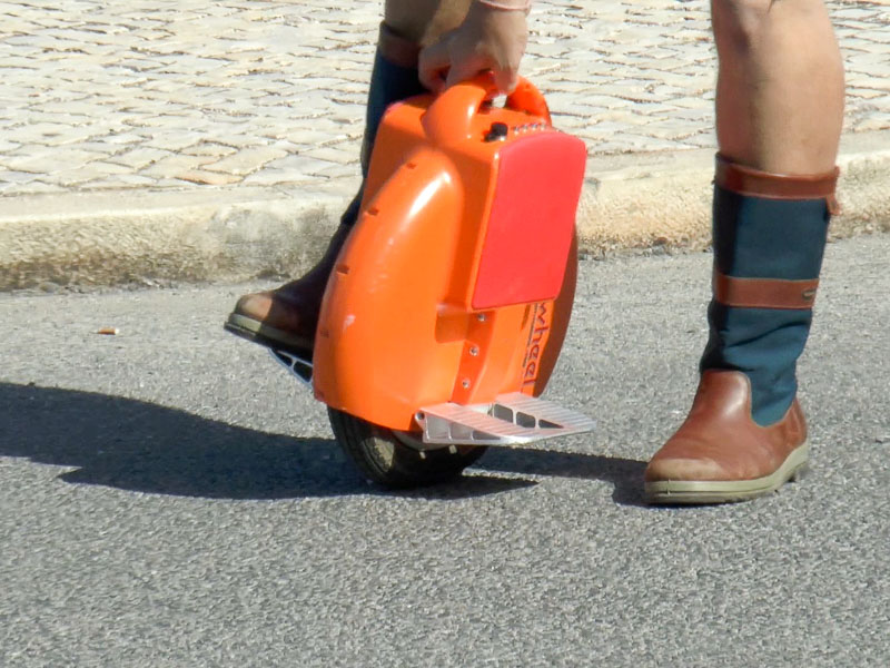 Airwheel fahren: knöchelhohe Schuhe dienen dem Anfänger als Polster