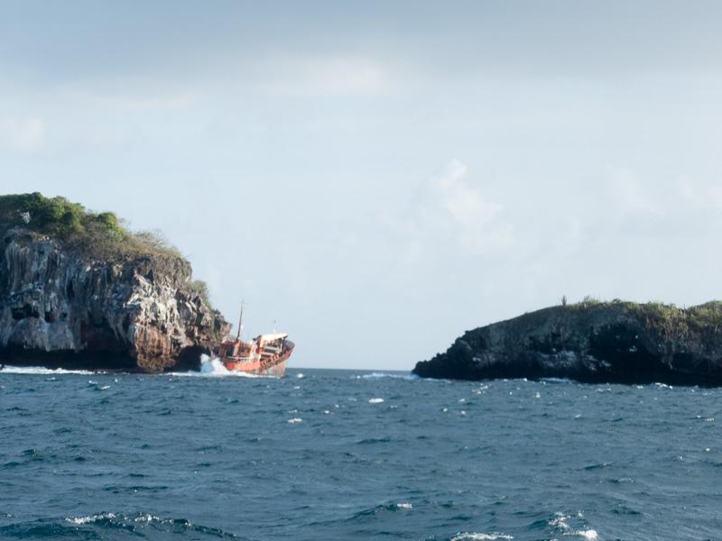 Bequia: gestrandeter Tanker in den Klippen