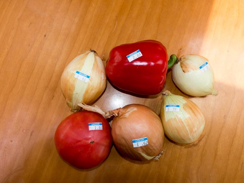 Einzeln ausgezeichnete Tomaten, Paprika und Zwiebeln. Ein echtes Novum für uns