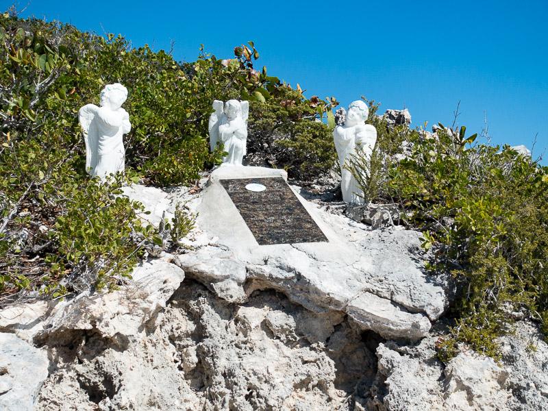 Long Island: Gedenkstein für drei tote Apnoe Taucher bei Dean's Blue Hole