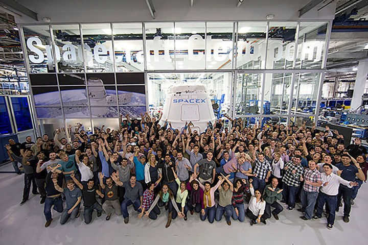 SpaceX-Dragon_capsule_and_SpaceX_employees final